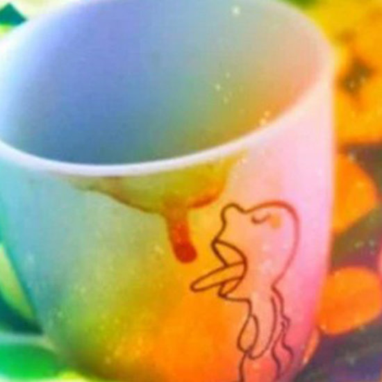 Kubek z kawą w pościeli