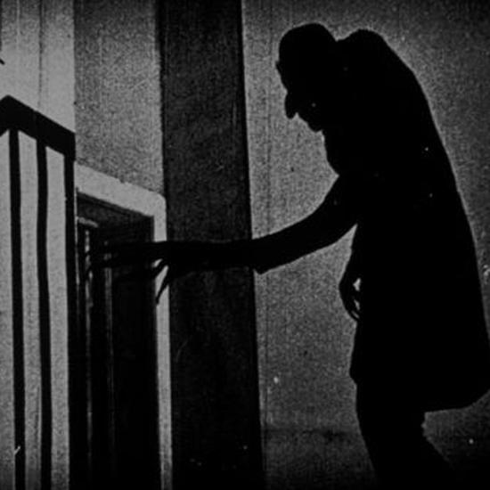 """Kunsztowna scena z filmu """"Nosferatu: A Symphony of Horror"""", rok 1922"""